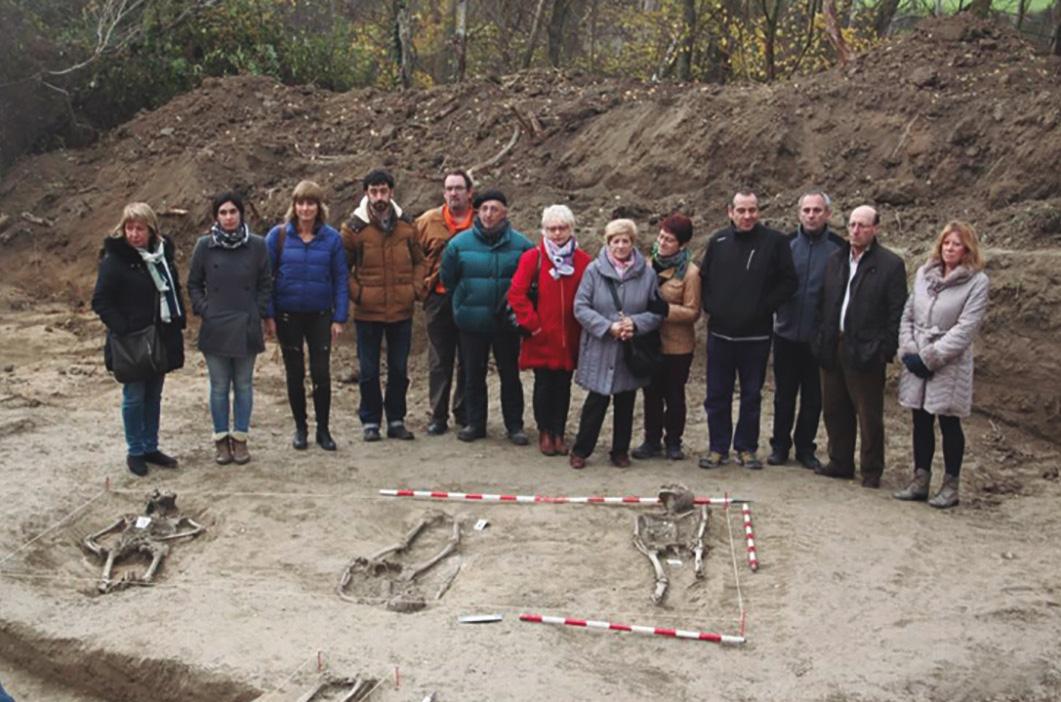 Familiares de las víctimas que pudieran estar enterradas y autoridades del Gobierno de Navarra