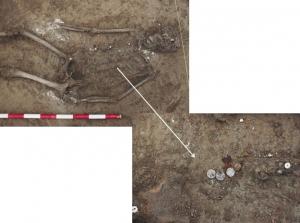 Fosa 4: Esqueleto en decúbito supino. Detalle de los botones en el tórax.