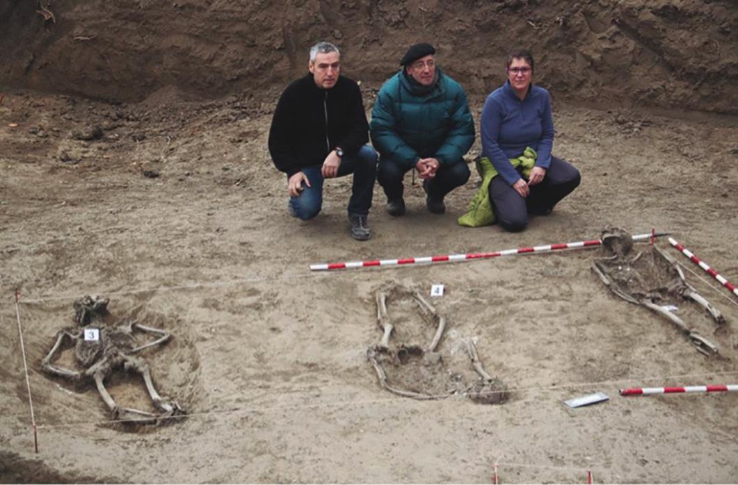 Miembros del Ayuntamiento y vecinos de Ibero ante tres de los enterramientos.